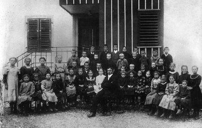 Karl Stamm mit seiner Schulklasse in Lipperschwendi