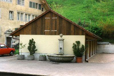 Gujer Brunnen vor Garagen Sollberger