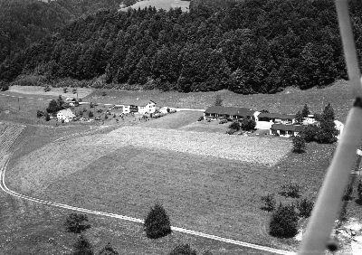 Bauma: Luftaufnahme, Schulhaus Wellenau, Zelgli