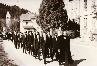 Reformierte Kirche: Konfirmanden mit Pfarrer G. Keller