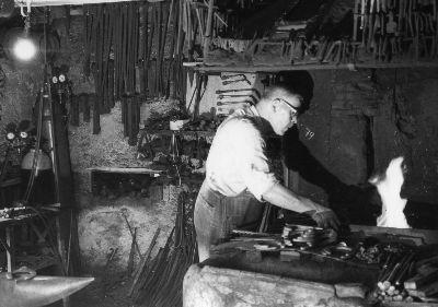 Julius Thalmann in seiner Schmiede