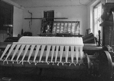 Rosa Furrer an der Zettelmaschine