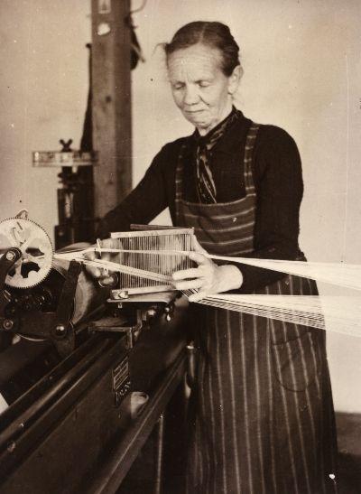 Fräulein Rosa Furrer, Bauma, an der Zettelmaschine