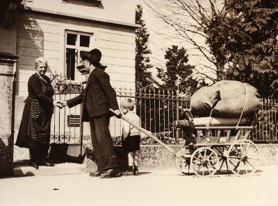 Herr Weber, Nideltobel, Frau Bruhin vor Villa Huber