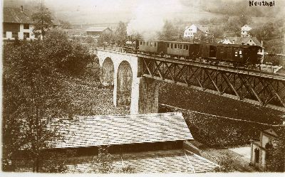 Dampfzug auf Eisenbahnbrücke im Neuthal