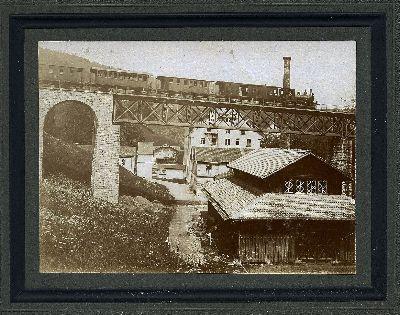 Dampfzug auf Eisenbahnbrücke über der Spinnerei im Neuthal