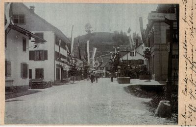 Geschmückte Dorfstrasse anlässlich der Einweihung der ÜBB