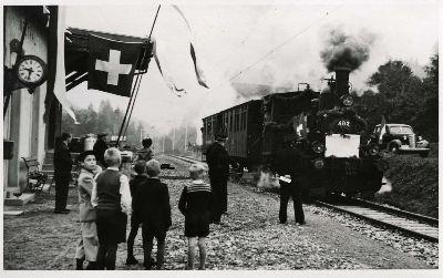 Station Neuthal mit Fahnen
