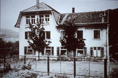 Schulhaus Blitterswil</x> mit <x>Schülern